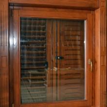 detaliu de sticla usa lemn stratificat