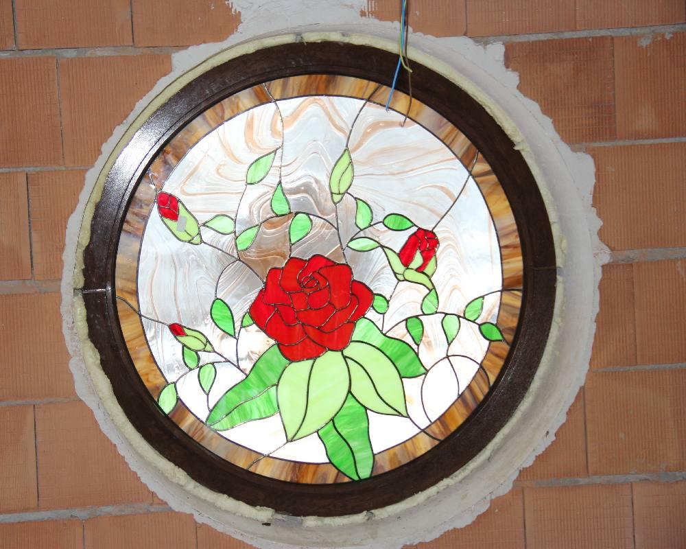 detaliu de vitralii la fereastra podul casei